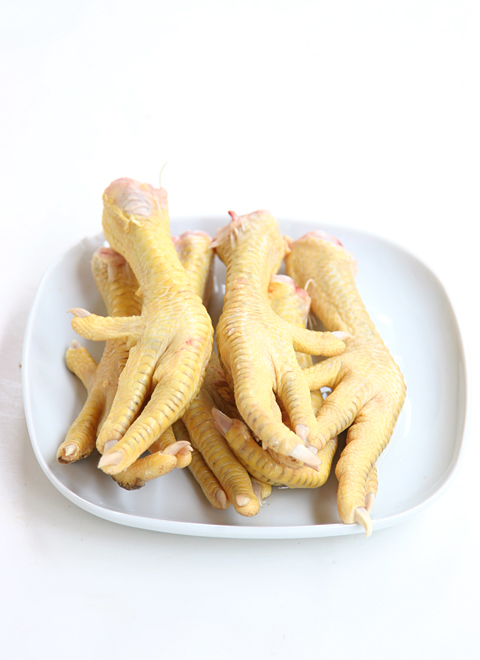 Herb and Garlic Chicken Feet Stock - The Nourished Caveman
